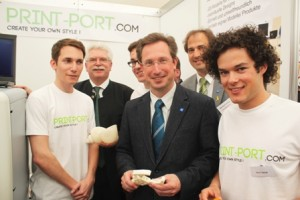 Die Jungs von Print-Port mit Bayerns Wirtschaftsminister Martin Zeil